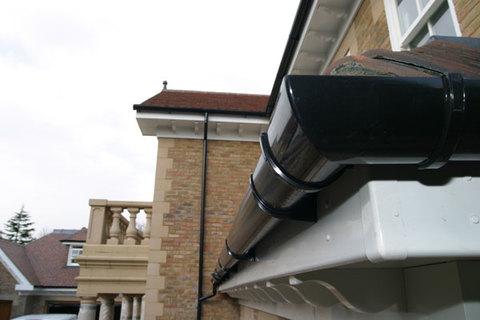 Монтаж водосточной системы для дома и дачи: недорогая услуга от профессионалов
