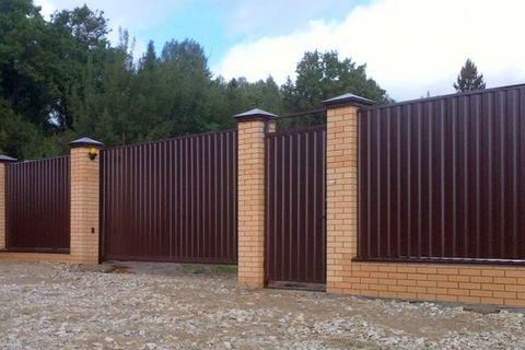 Закажите забор из профлиста с установкой руками профессионалов за 879 руб./м.п.