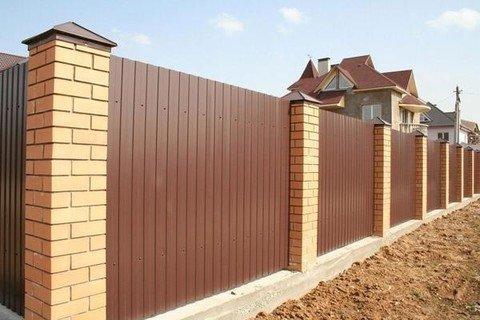 Построить забор из профлиста своими руками можно самостоятельно, следуя инструкции